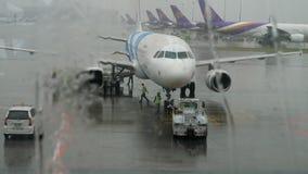 Airbus 320 su servizio nell'aeroporto di Suvarnabhumi stock footage