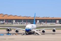 Airbus A380-861 sur l'aéroport international capital de Pékin Photo libre de droits