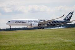 Airbus terras planas de A 350 - 900 no aeroporto em Berlim Imagem de Stock