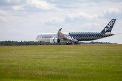 Airbus terras planas de A 350 - 900 no aeroporto em Berlim Fotos de Stock