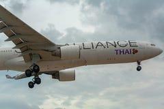 Airbus Thai Airways en el cielo imagenes de archivo