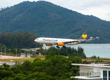 Airbus Thomas Cook llega el aeropuerto foto de archivo