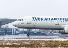 Airbus a321 Turkish Airlines, Flughafen Pulkovo, Russland St Petersburg im Januar 2017 Lizenzfreie Stockfotografie