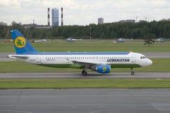 Airbus A320-214 (UK-32018) a empresa Uzbekistan Airways na pista de decolagem no aeroporto de Pulkovo St Petersburg Fotografia de Stock