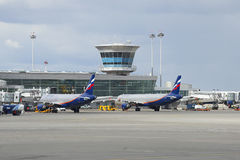 Airbus-` A320 und A321 Aeroflot-` an Anschluss D von Sheremetyevo-Flughafen Stockfotos