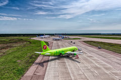 Airbus uns 319 S7 Airlines no avental do aeroporto Fotos de Stock Royalty Free