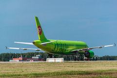 Airbus uns 319 S7 Airlines no avental do aeroporto Imagem de Stock Royalty Free
