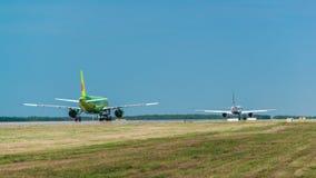 Airbus uns 320 S7 Airlines no avental do aeroporto Fotos de Stock Royalty Free