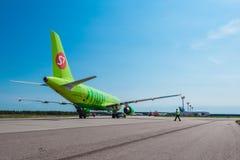 Airbus uns 320 S7 Airlines no avental do aeroporto Imagens de Stock