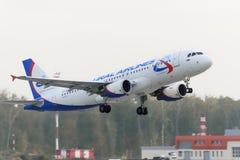 Airbus A320 Ural Airlines decola Imagens de Stock