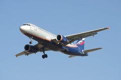 Airbus A320-214 Vladimir Obruchev VQ-BAZ Aeroflot antes de aterrizar en el aeropuerto de Pulkovo Foto de archivo