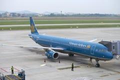Airbus A321 (VN-A602) com Vietnam Airlines para o serviço no aeroporto de Noi Bai Fotografia de Stock