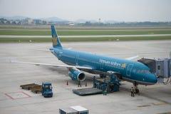Airbus A321 VN-A602 Vietnam Airlines no aeroporto de Noi Bai, manhã nebulosa Fotos de Stock
