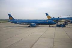 Airbus A321 (VN-A602) Vietnam Airlines transportado à pista de decolagem Aeroporto de Noibai, Hanoi Imagem de Stock Royalty Free