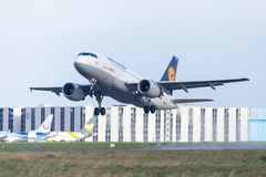 Airbus A319-100 von der Fluglinie Lufthansa entfernt sich vom internationalen Flughafen Lizenzfreie Stockfotos