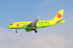 Airbus A319 VP-BHI do ` do ` S7 da linha aérea antes de aterrar Perfil da vista Imagens de Stock