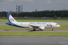 Airbus A320-214 (VP-BIE) antes da partida do aeroporto de Pulkovo Foto de Stock Royalty Free