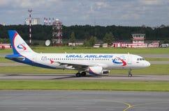 Airbus A320-214 (VP-BIE) no taxiway do aeroporto Pulkovo Foto de Stock Royalty Free