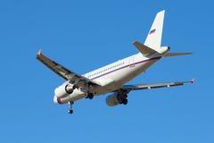 Airbus A319-111 (VP-BIT) de ligne aérienne Russie à l'approche finale avant le débarquement dans l'aéroport de Pulkovo photographie stock libre de droits