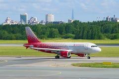 Airbus A319-114 VP-BIU da linha aérea de Rossiya após a aterrissagem no aeroporto de Pulkovo Imagem de Stock Royalty Free
