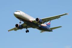 Airbus A320 VP-BWM de la línea aérea Aeroflot en el primer de la trayectoria de deslizamiento Imagen de archivo