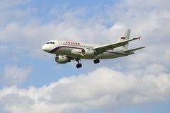 Airbus A319-111 (VQ-BAQ) da linha aérea Rússia voa em um céu nebuloso Fotos de Stock