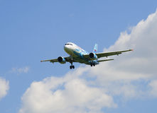 Airbus A319-111 VQ-BAS des Fluglinie ` Russland-` in der Farbe der Fußballverein ` Zenit-` Landung Lizenzfreie Stockfotos