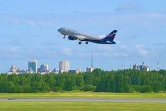 Airbus A320-214 VQ-BCN do ` de Aeroflot do ` da linha aérea decola no aeroporto Pulkovo Fotos de Stock