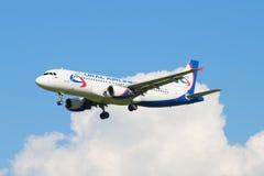 Airbus A320 (VQ-BQN) de linhas aéreas de Ural da linha aérea fora das nuvens Foto de Stock Royalty Free