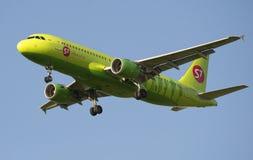 Airbus A320 (VQ-BRD) S7 - linhas aéreas de Sibéria antes de aterrar no aeroporto de Pulkovo Imagens de Stock Royalty Free