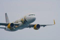 Airbus 320 Vueling Al cel (salon de l'aéronautique de Festa de partie de ciel) Photo libre de droits