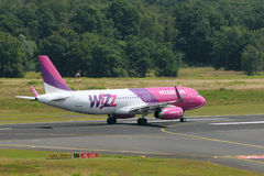 Airbus A320-200 Wizz Air / HA-LYN take off Royalty Free Stock Photos