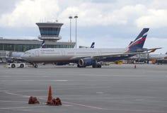 Airbus A330-343X Boris Pasternak (VQ-BCV) - Aeroflot an der Plattform von Anschluss F von Sheremetyevo-Flughafen Stockfotografie