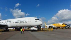 Airbus A350-900 XWB e Scoot Boeing 787 Dreamliner na exposição em Singapura Airshow Imagens de Stock