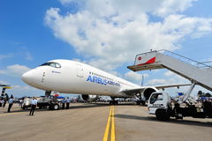 Airbus A350-900 XWB que está sendo rebocado dentro para Singapura Airshow Foto de Stock Royalty Free