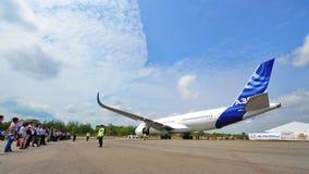 Airbus A350-900 XWB que está sendo rebocado dentro para Singapura Airshow Fotografia de Stock Royalty Free