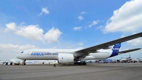 Airbus A350-900 XWB que está sendo rebocado dentro para Singapura Airshow Imagem de Stock Royalty Free