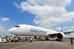 Airbus A350-900 XWB que está sendo rebocado dentro para Singapura Airshow Imagens de Stock Royalty Free