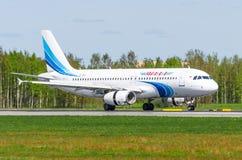 Airbus a320 Yamal, aeroporto Pulkovo, Rússia St Petersburg maio de 2017 Imagens de Stock Royalty Free