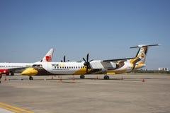 Airbus-Zwillingspropellerwartezeit und sich vorbereiten und thail?ndisches laufendes Flugzeug, auf Rollbahn sich zu entfernen an  stockbild