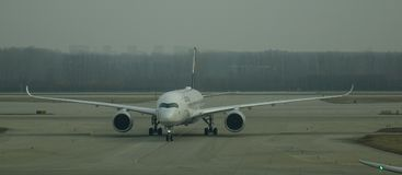 Aircarft no aeroporto principal do Pequim, China Imagens de Stock