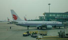 Aircarft sur l'aéroport capital de Pékin, Chine Photographie stock libre de droits