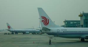 Aircarft sur l'aéroport capital de Pékin, Chine Images libres de droits