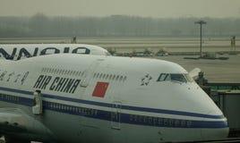 Aircarft sur l'aéroport capital de Pékin, Chine Photo stock