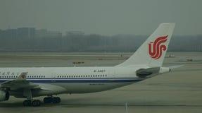 Aircarft sur l'aéroport capital de Pékin, Chine Photos stock