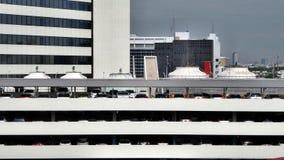 Aircondition que condensa-se na parte superior da construção do estacionamento Fotos de Stock