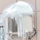 Airconditioner met bevroren ijs en ijskegels wordt behandeld die Sluit omhoog Stock Foto's