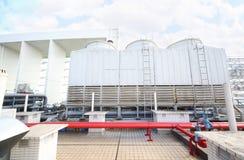 Airconditioner op dak van de bouw Stock Afbeeldingen