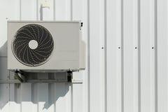 Airconditioner op een muur Stock Fotografie