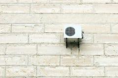 Airconditioner op kalksteenmuur Stock Fotografie
